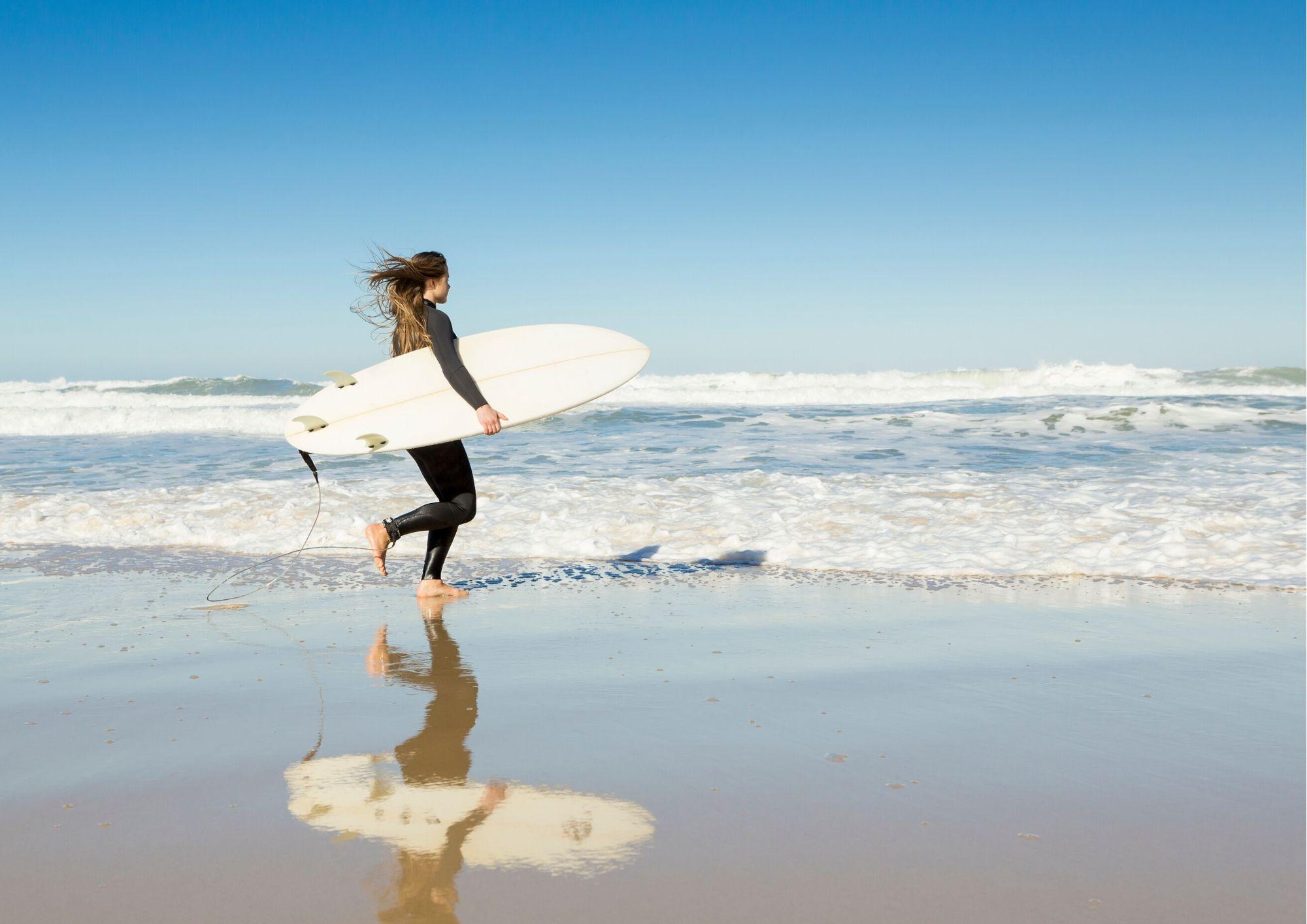 Surferin auf einer schönen Welle in den Tropen und es geht darum ohne Angst zu surfen.